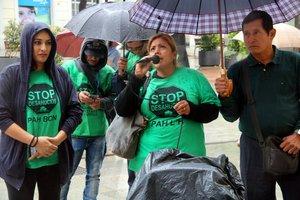 Membres de la PAH intenten entrar per la força a l'Ajuntament de l'Hospitalet per reunir-se amb Núria Marín