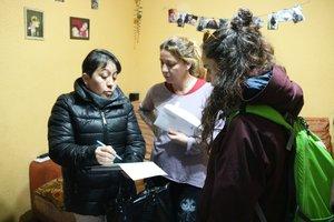 Dos 'picaportes' del programa 'A-puerta' informando a una vecina de Santa Coloma de Gramenet.