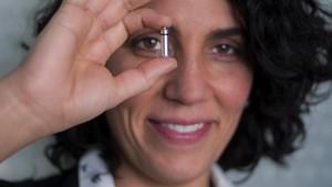 La doctora Georgia Sarquella, con el micromarcapasos sin cables.