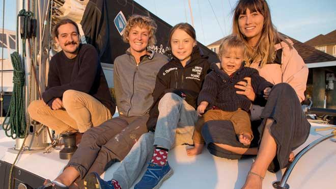 Greta Thunberg consigue transporte y zarpa hoy para la Cumbre del Clima de Madrid. En la imagen, con sus anfitriones de barco.