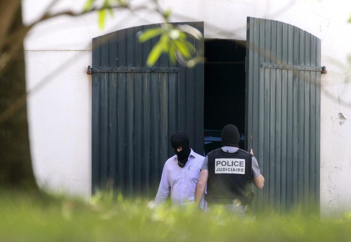 La Guardia Civil y la Policía francesa han hallado un arsenal de armas y explosivos de ETA en el centro de Biarritz (Francia).