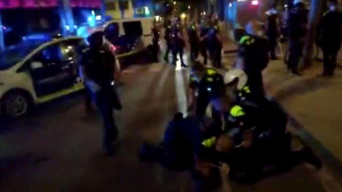 La Guàrdia Urbana detiene a dos personas en la rambla del Raval.