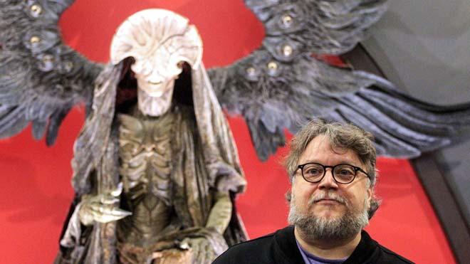 Guillermo del Toro presenta la exposición En casa con mis monstruos. En la foto, el director de cine con una de las figuras.