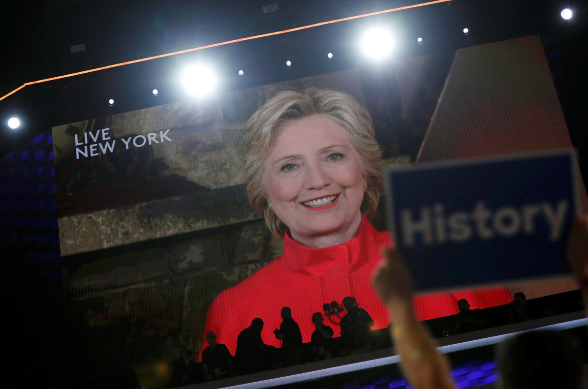 Hillary Clinton se dirige, vía vídeo desde Nueva York, a los asistentes a la convención demócrata, este martes.