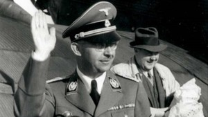 Himmler y Felix Kersten, tras un vuelo en un Junker 52, en una imagen de Las confesiones de Himmler.