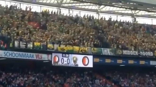Los hinchas del ADO Deen Haag lanzan peluches durante el partido