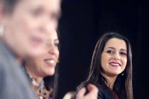 La presidenta y portavoz del Grupo de Cs en el Congreso de los Diputados, Inés Arrimadas (d) durante el encuentro 'Mujeres Liberales'. En Málaga (Andalucía, España), a 06 de marzo de 2020.
