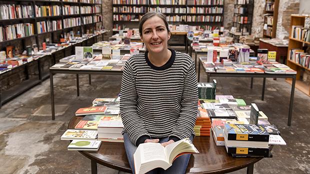 Isabel Sucunza, de la librería Calders, enumera los libros que augura que se van a vender más en caso de un eventual confinamiento.