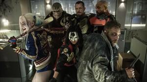 Margot Robbie,Adewale Akinnuoye-Agbaje,Karen Fukuhara, Joel Kinnaman,Will Smith yJao Courtney, en un fotograma de Escuadrón suicida.
