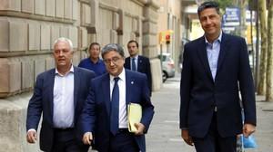 Enric Millo (centro), acompañado por Xavier García Albiol y Santi Rodríguez, a su llegada al TSJC.