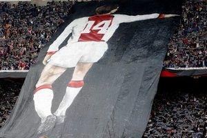 Una lona gigantesca en el estadio del Ajax con la figura de Cruyff.
