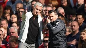 José Mourinho habla con Rui Faria en Old Trafford.
