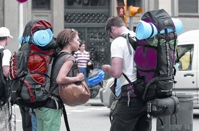 Jóvenes mochileros en las calles de la ciudad.