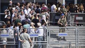 Soldados turcos custodian la entrada del tribunal donde se juzga a los 16 acusados por la revuelta del parque Gezi.