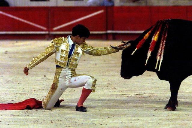 El torero Julián López El Juli se arrodilla ante su segundo toro durante una corrida celebrada en Nimes, Francia, en el 2001.