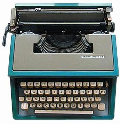 Julio Cortázar, al Pont Neuf de París. A sota, la seva última màquina d'escriure.
