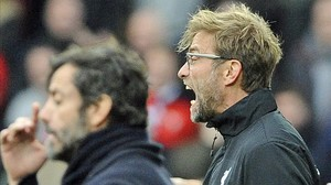 Jürgen Klopp grita a sus jugadores junto a Quique Sánchez Flores (en primer término), durante el Watford-Liverpool