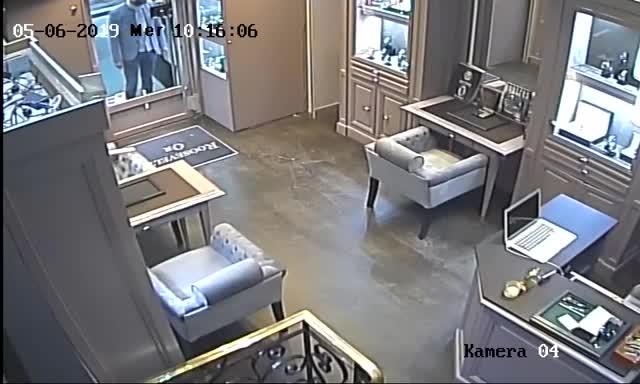 Las imágenes de la cámara de seguridad de la joyería.