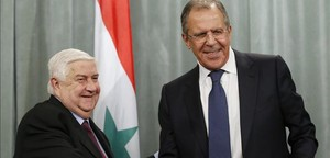 Lavrov (derecha) estrecha la mano de su homólogo sirio, en Moscú, este viernes.
