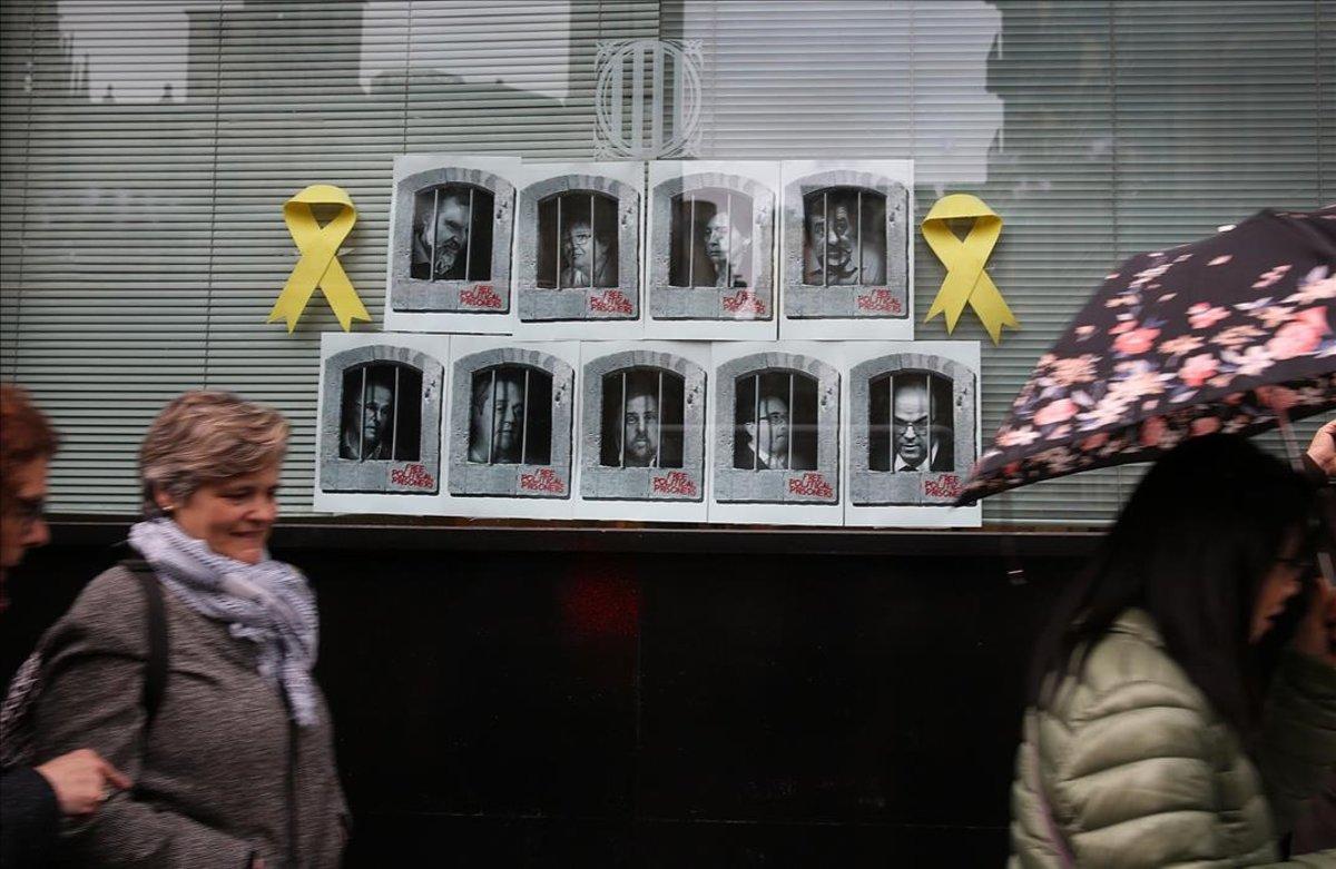Lazos amarillos en la sede del Departament de Polítiques Digitals en la Via Laietana de Barcelona.