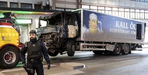 DMCF01. Stockholm (Sweden), 08/04/2017.- Tow trucks move the beer truck that crashed into the Ahlens department store after plowing down Drottninggatan Street in central Stockholm, Sweden, 08 April 2017. Four people were killed and 15 injured in the suspected terror attack. (Atentado, Estocolmo, Suecia) EFE/EPA/MAJA SUSLIN SWEDEN OUT (Atentado, Estocolmo, Suecia) EFE/EPA/MAJA SUSLIN SWEDEN OUT