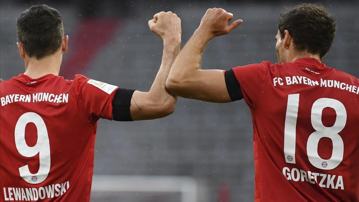 Lewandowski y Goretzka celebran un gol del Bayern al Eintracht Frankfurt
