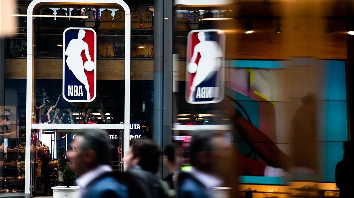 El logo de la NBA en la tienda oficial de la 5ª Avenida en Nueva York.