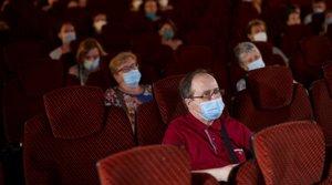 Los espectadores, protegidos con mascarillas y distanciados, esperan el comienzo de la película 'La lista de los deseos', dentro del BCN Film Fest, el 26 de junio.