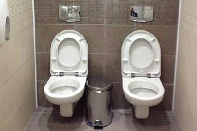 Los flamantes retretes de caballeros en el centro olímpico Biathlon de Sochi.