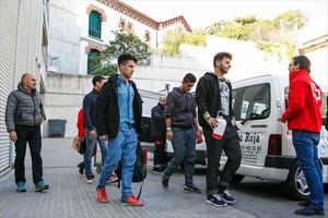 Los inmigrantes llegados a Lliçà d'Amunt tras pasar, ayer, revisión médica en el Hospital de Granollers.