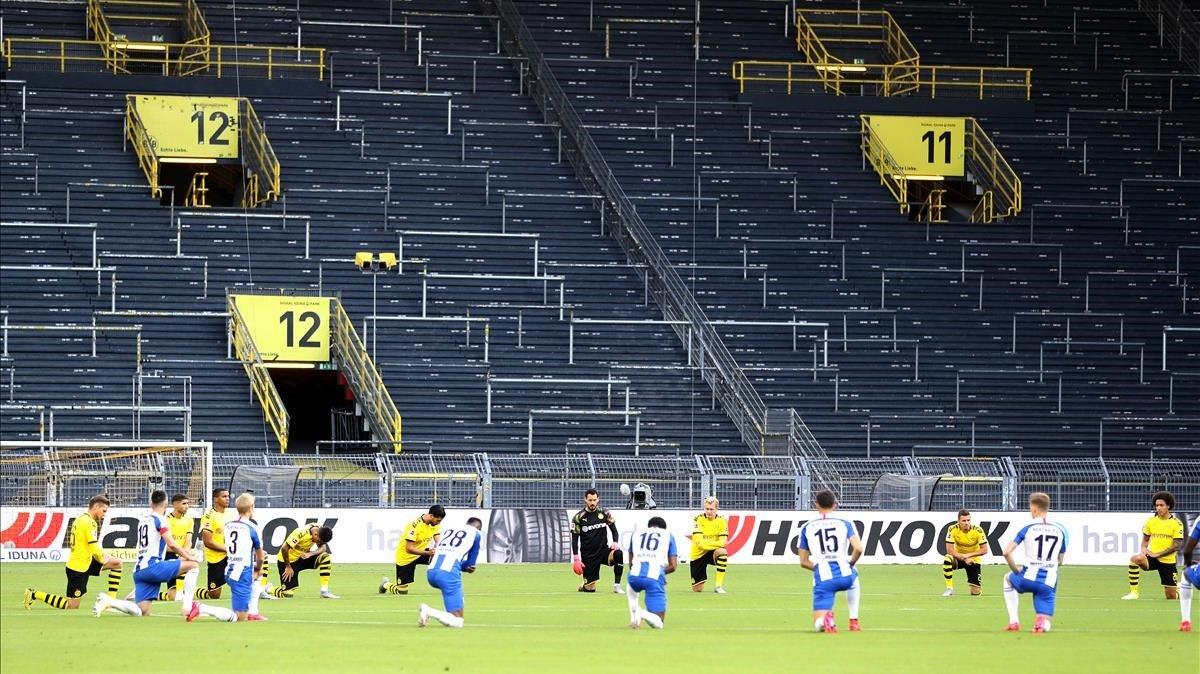 Los jugadores del Dortmund y del Hertha se arrodillan para denunciar el racismo.