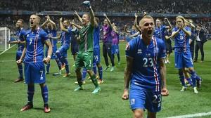 Los jugadores de Islandia celebran su espectacular victoria sobre Inglaterra.