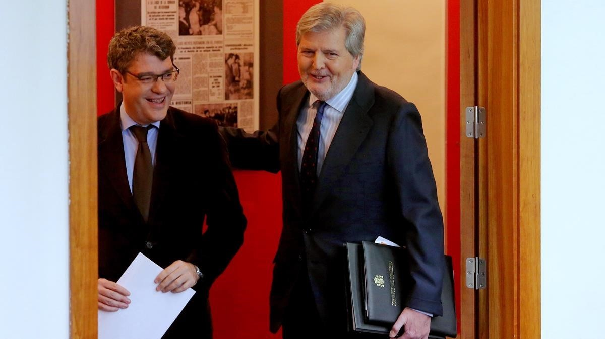 Los ministros Ínigo Méndez de Vigo yÁlvaro Nadal acudiendo a larueda de prensa posterior a la reunión del Consejo de Ministros.