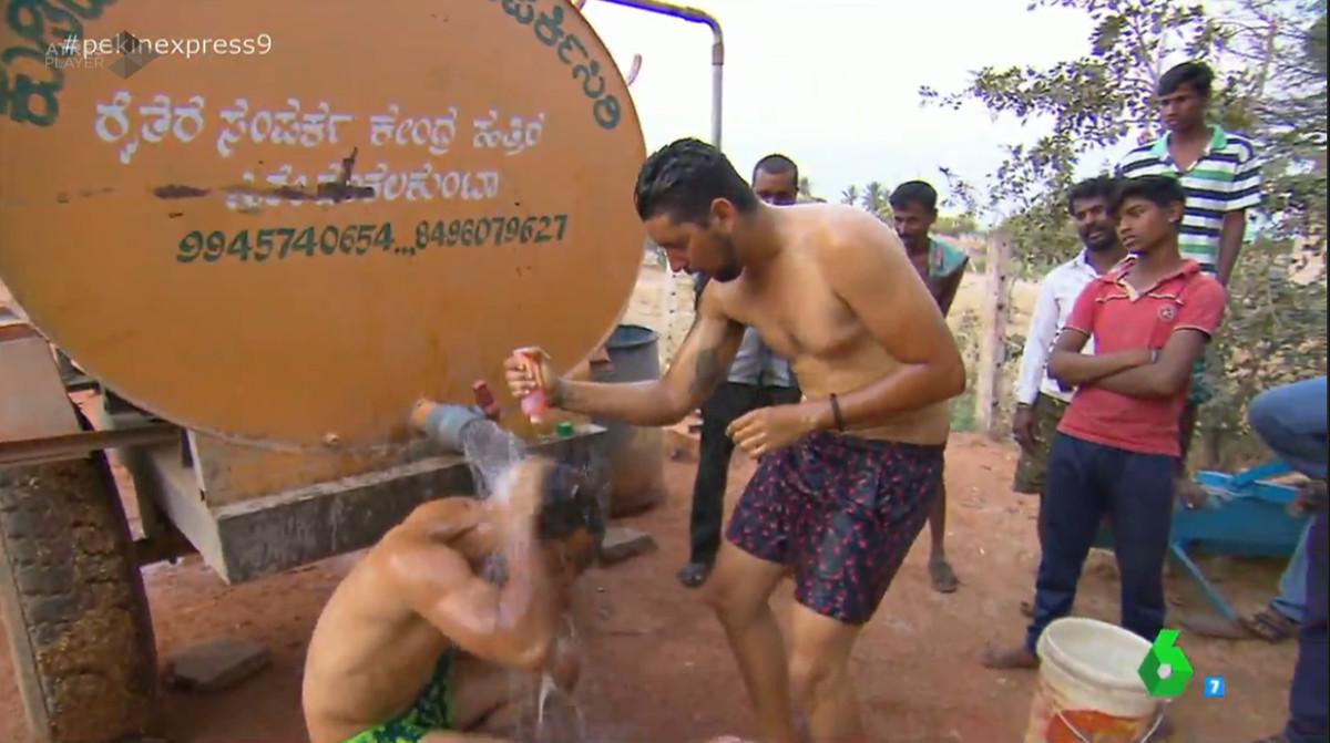 Nabil y Matías fueron la principal atracción de los habitantes de la zona, que miraban fijamente los torsos desnudos de los primos mientras se duchaban¿ de una manera muy sensual. O al menos, es lo que intentaron.