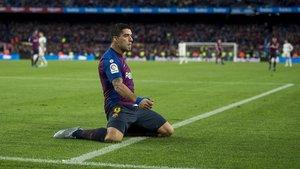 Luis Suárez, tras anotar el tercergolen el partido de Liga entre el FC Barcelona y el Real Madrid.