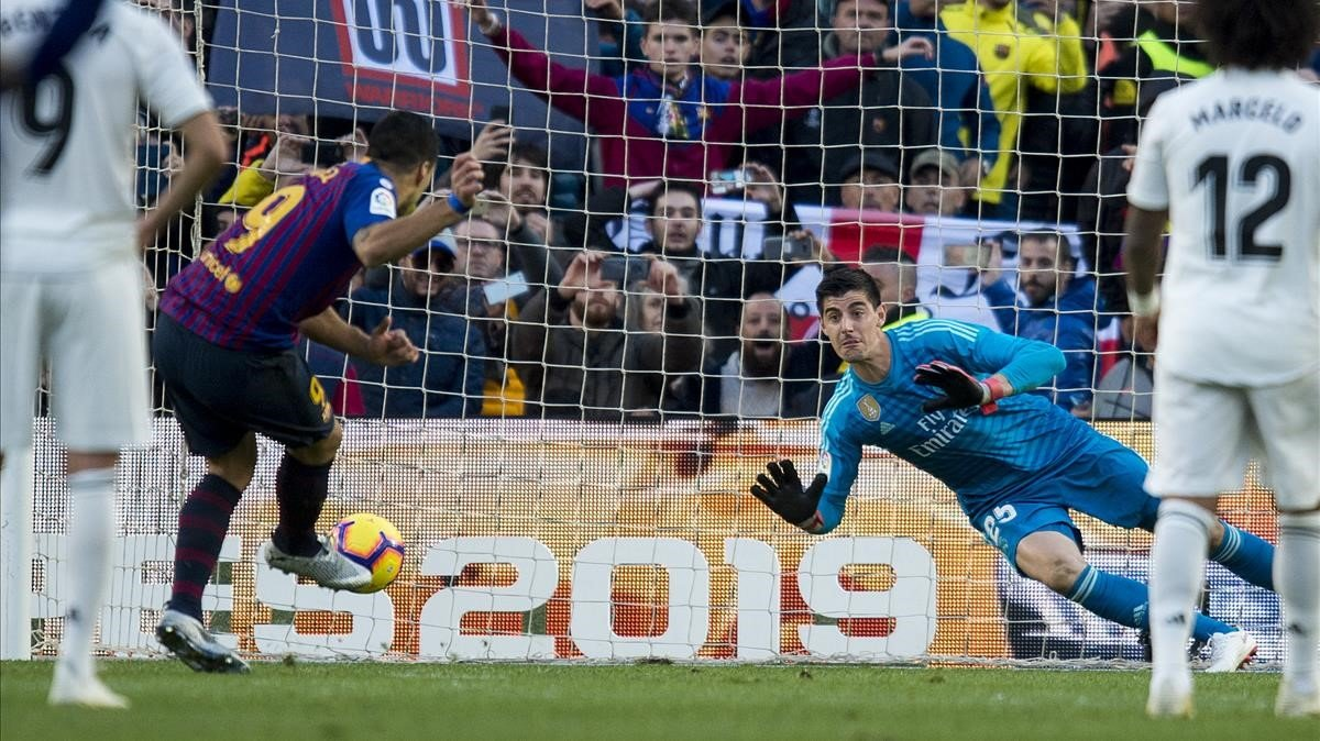 Luís Suarez de penalti anota el segundo goldurante el partido de liga entre el FC Barcelona y el Real Madrid.