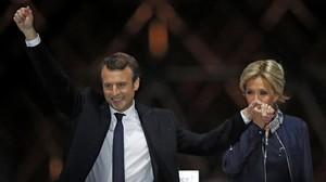 Macron celebra su victoria junto a su mujer BrigitteTrogneux.