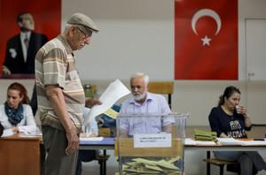 Un hombre mayor vota en Ankara.
