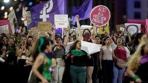 Manifestación en contra de supuestas violaciones por parte de la policía, este viernes en México.