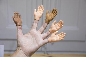Manos diminutas que se ajustan a los dedos de La Llama.