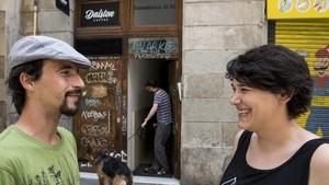 Manu y Erika, amigos de Alfredo Sancho el Guaje, frente al número 16 de la calle Ramelleres, donde estaba situada su taberna Los Baskos