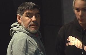 GRA360. MADRID, 13/02/2017.- El exfutbolista Diego Maradona junto a su novia Rocío Oliva en el hotel de Madrid donde se hospeda. Maradona regresará el próximo miércoles al Santiago Bernabéu para ver desde el palco el Real Madrid-Nápoles, un duelo marcado por el pasado del astro argentino, que rememorará su paso por el club italiano en un campo de fútbol que pisó cuatro veces y casi siempre perdió. EFE/DAVID RAMIRO