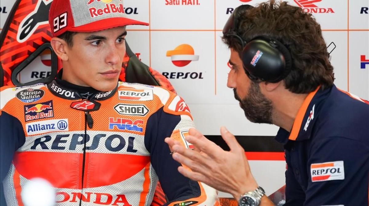 Marc Márquez (Honda) conversa en su box con Santi Hernández, su ingeniero en el equipo Repsol Honda.