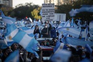 La marcha fue convocada por las redes sociales en un día festivo en Argentina.