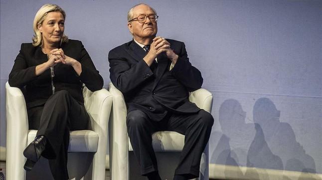 Marine Le Pen, junto a su padre Jean-Marie, en un acto en Lyon en noviembre del 2014.