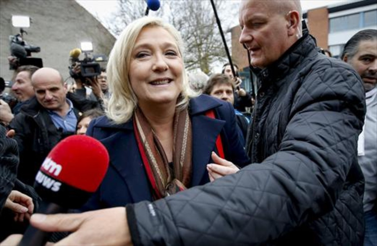 Marine Le Pen, protegida por su guardaespaldas, Thierry Légier, en una imagen de archivo.