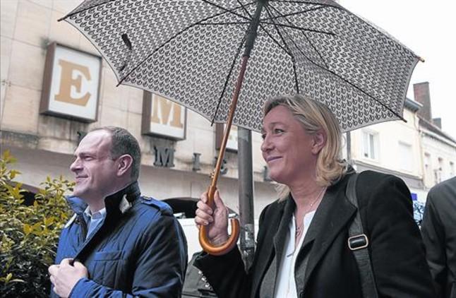 Marine Le Pen y Steve Briois, ambos del Frente Nacional, el viernes en Henin-Beaumont.