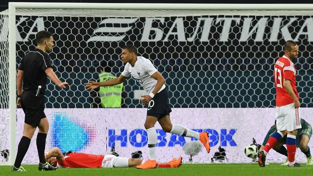 Mbappé celebra uno de los goles a Rusia.
