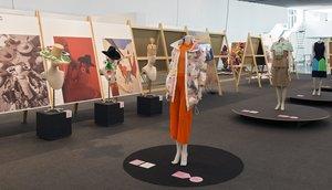 Un diseño sostenible de Mireia Panisello (primer término), ante modelos de Pedro Rovira (premio de honor) y sombreros de Pardo Hats.
