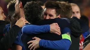 Messi se abraza a Luis Enrique tras la clasificación del Barça para los cuartos de final de la Champions.